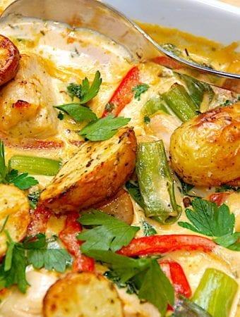 Fad med kylling, ovnbagte kartofler og champignon flødesovs