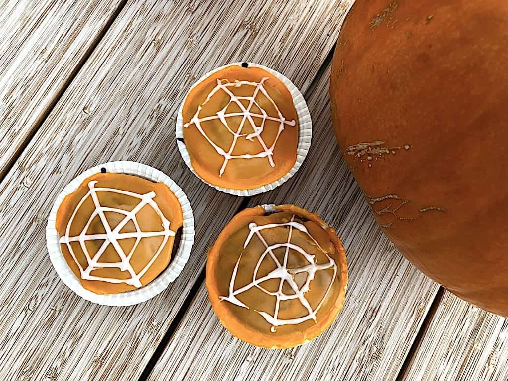 Halloween muffins med chokoladekage og motiver