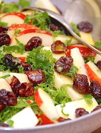 Nem grønkålssalat med æbler og tranebær