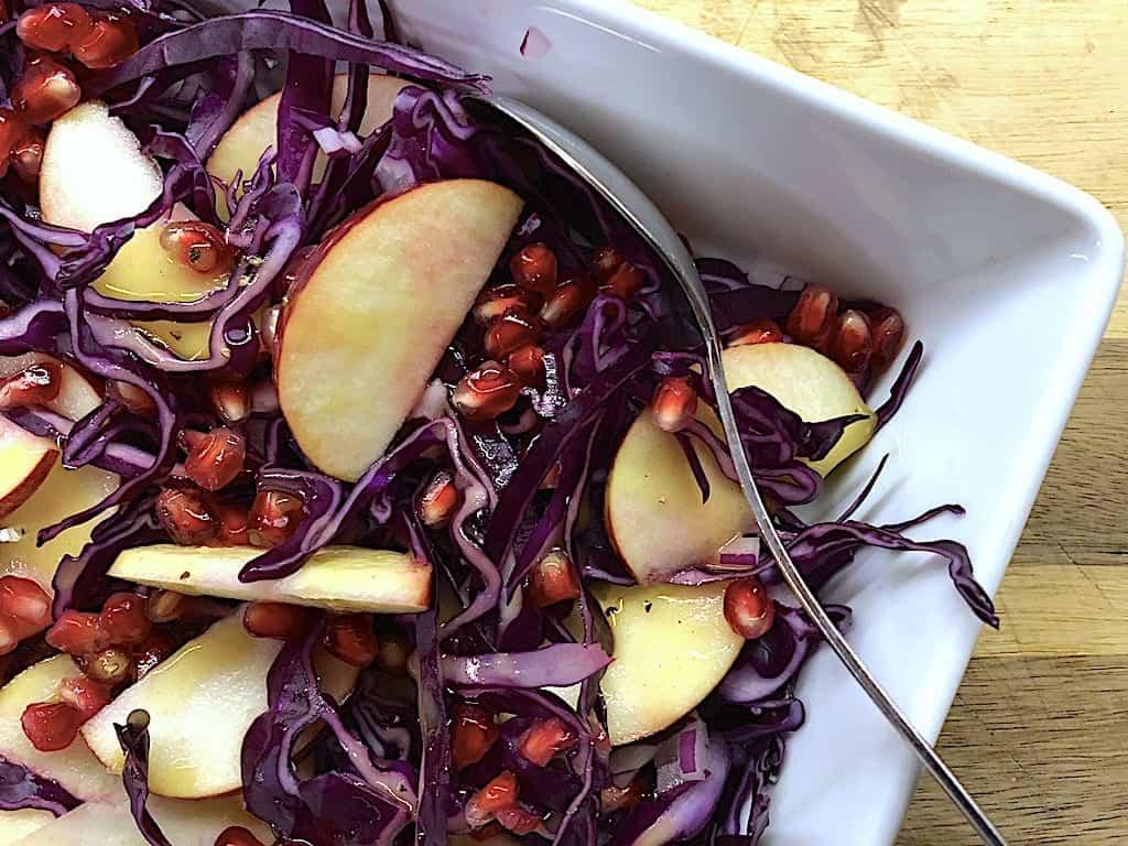 Bedste salat med rødkål, æbler og granatæble
