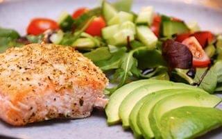 laks med avocado og salat