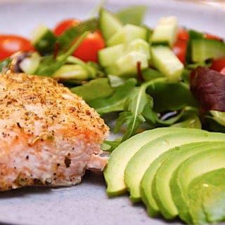 billede med laks med avocado og salat