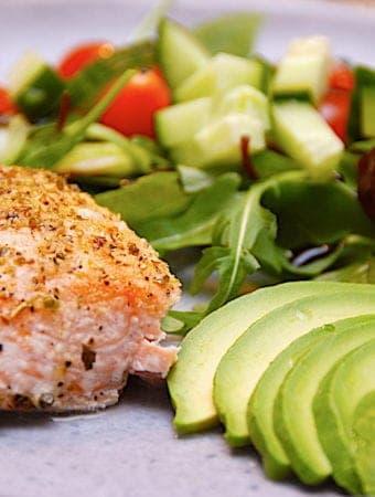 Nem opskrift på laks med avocado og salat
