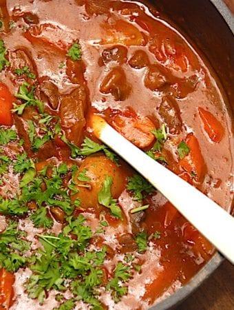 Simremad: Oksegryde opskrift med rødvin og grøntsager