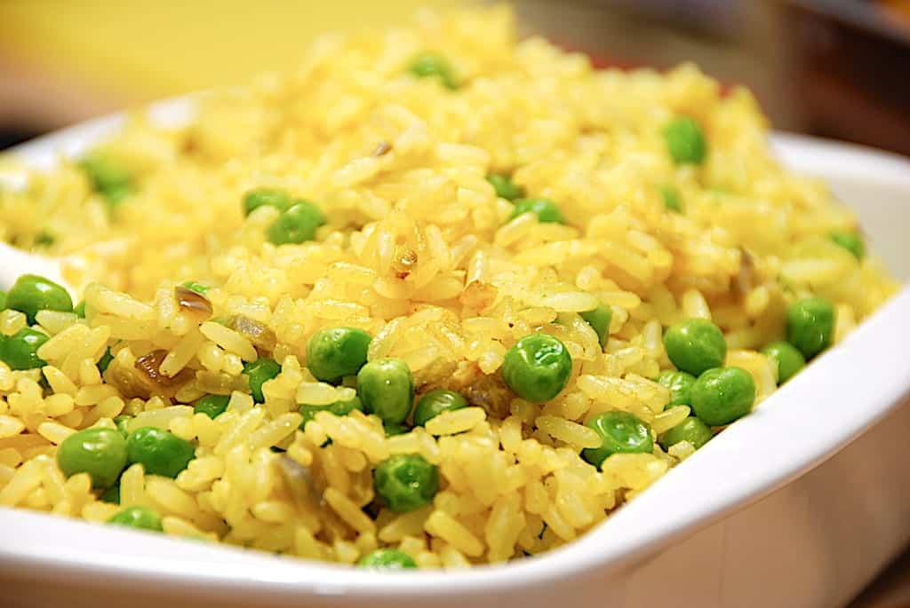 Nem opskrift på ris med karry og ærter (som tilbehør)