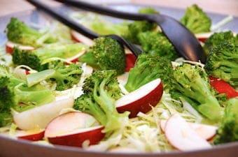 rustik vintersalat med broccoli og æbler