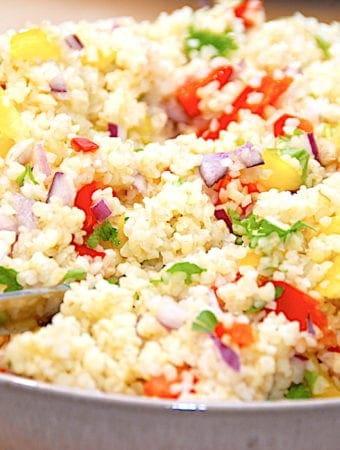 Nem salat med bulgur, peberfrugt og rødløg