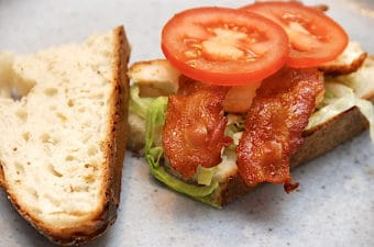 Baconsandwich med kylling og salat
