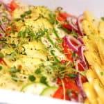 Her kan du se hvordan du nemt laver de lækre bouillonkartofler. Kartoflerne laves sammen med andre grøntsager, og de tilberedes i bouillon i et fad i ovnen.