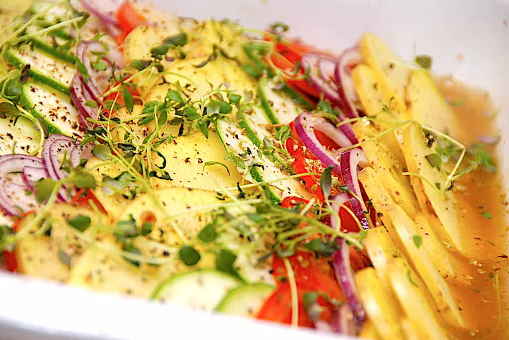 Bouillonkartofler med grøntsager i fad