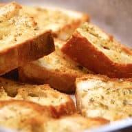 billederesultat for brødstykker med hvidløg