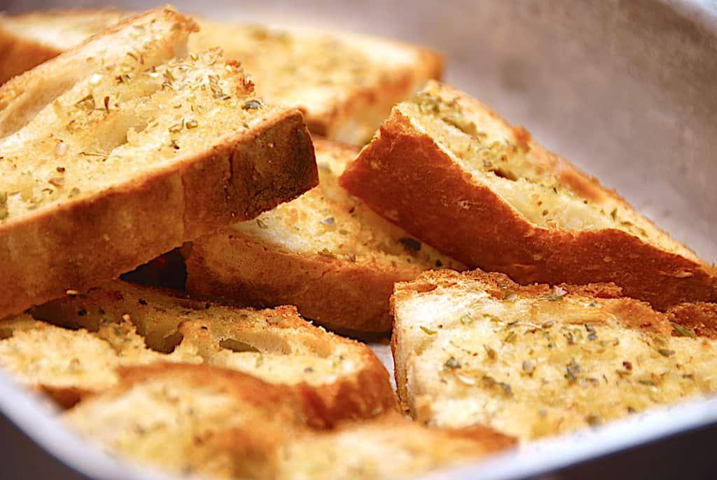 Brødstykker med hvidløg af daggammelt brød