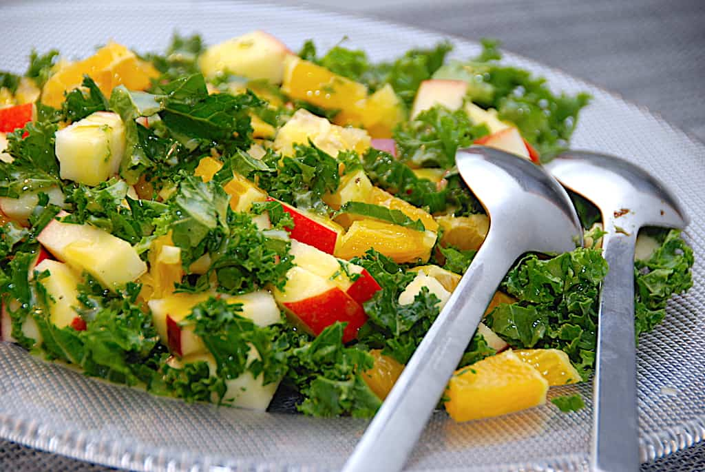 Salat med grønkål, appelsin og æble på 5 minutter