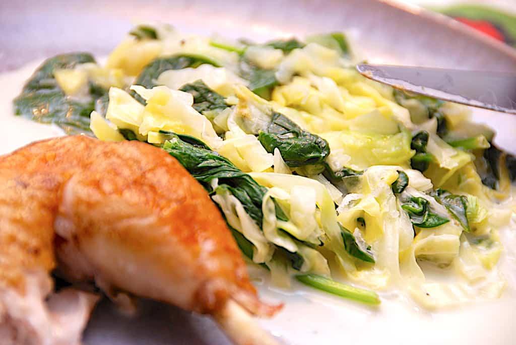 Hurtigstuvet spidskål med spinat på 5 minutter