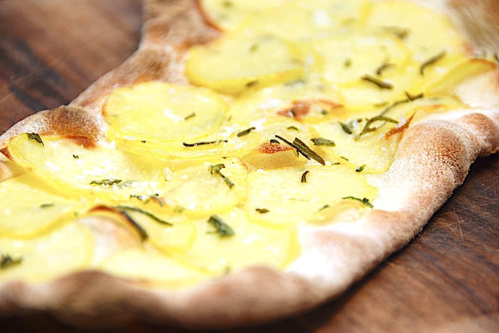 Kartoffelpizza med rosmarin (på grill eller i ovn)