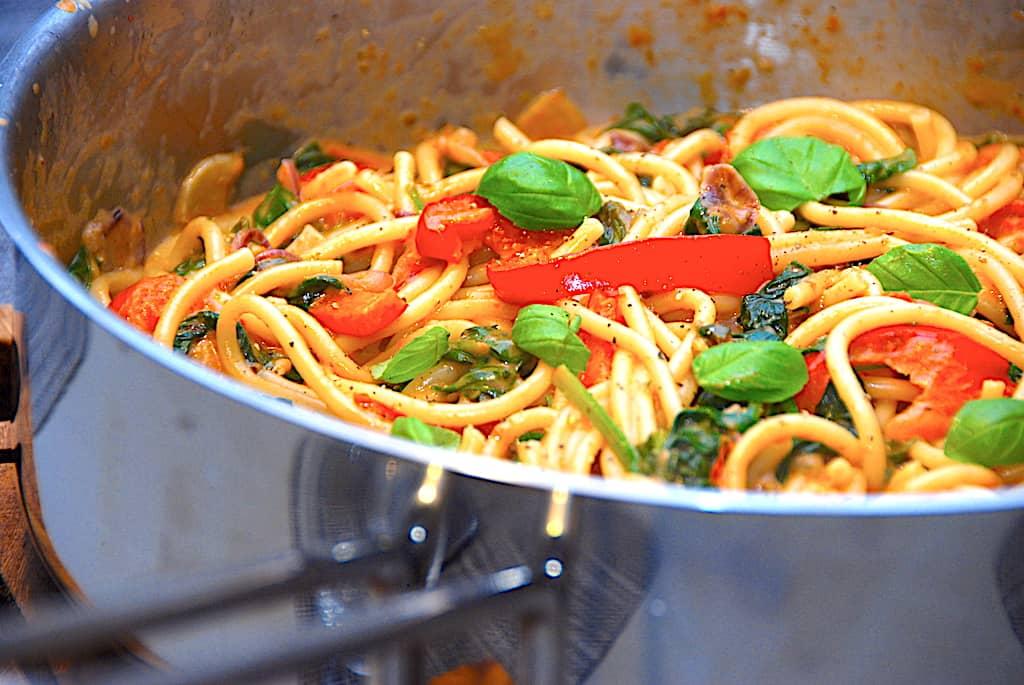 Makaroni med bagte tomater og spinat (vegetarret)