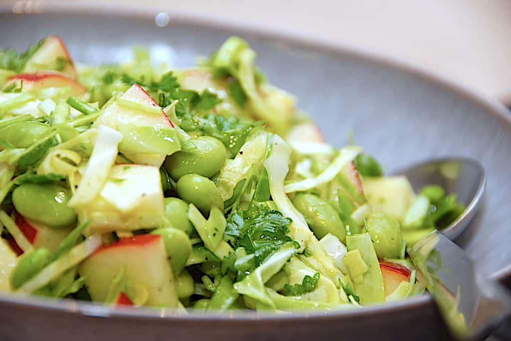 salat med edamamebønner, spidskål og æbler