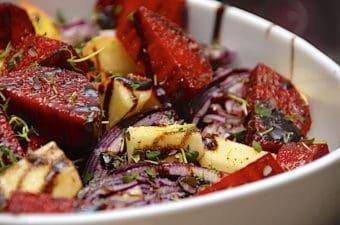 Bagt rødkål, rødbeder og æbler med honning