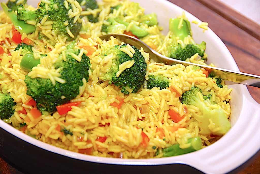 Basmati ris i bouillon med karry og broccoli