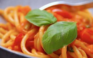 bucatini med vegetarisk tomat- og grøntsagssauce