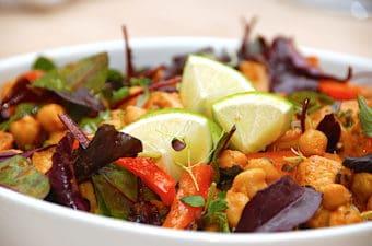 Salat med kikærter og kylling på 20 minutter