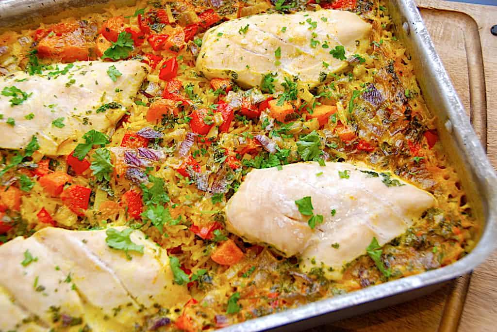 Alt i et fad med kylling, ris, karry og grøntsager