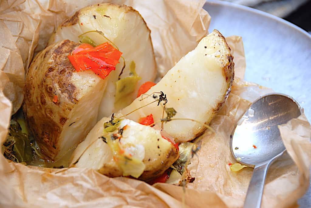 Hel selleri bagt i ovn i pakke med spidskål