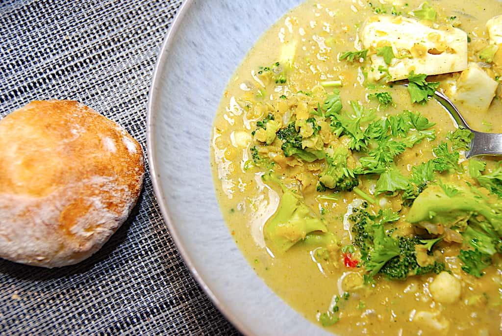 Nem indisk linsesuppe med karry og røde linser