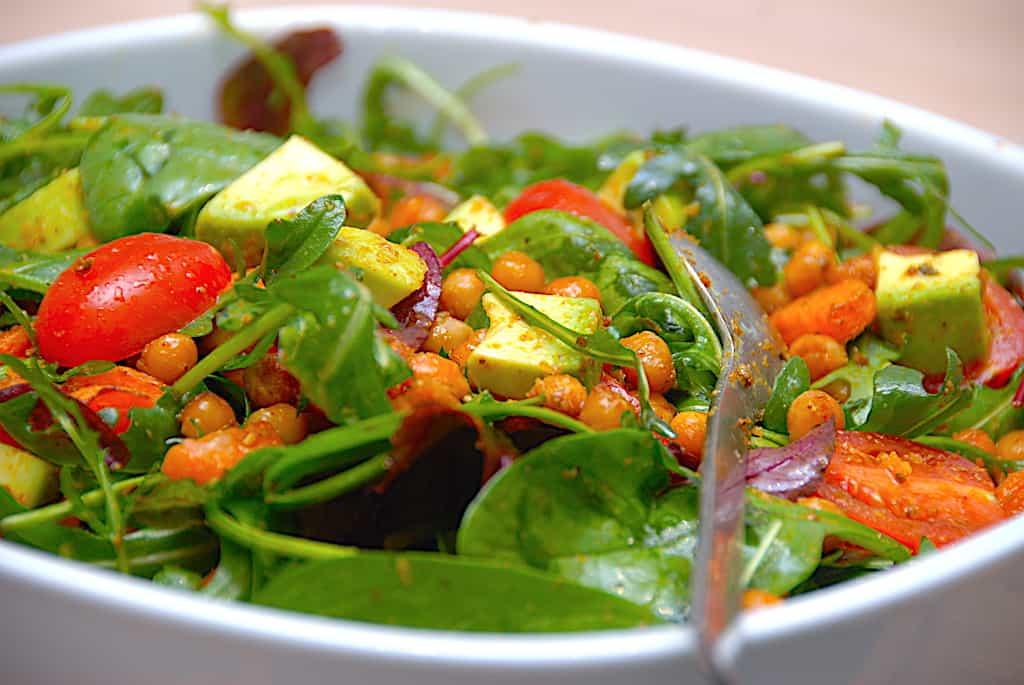 kikærtesalat med gulerødder og avocado
