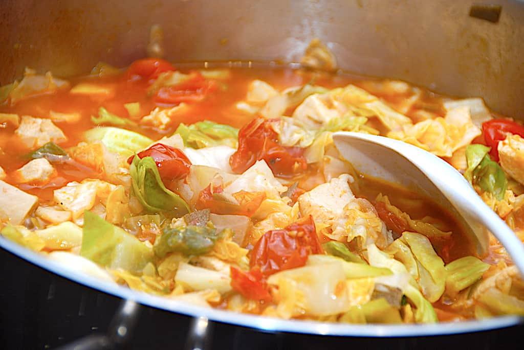 Kylling med spidskål, tomater og salvie
