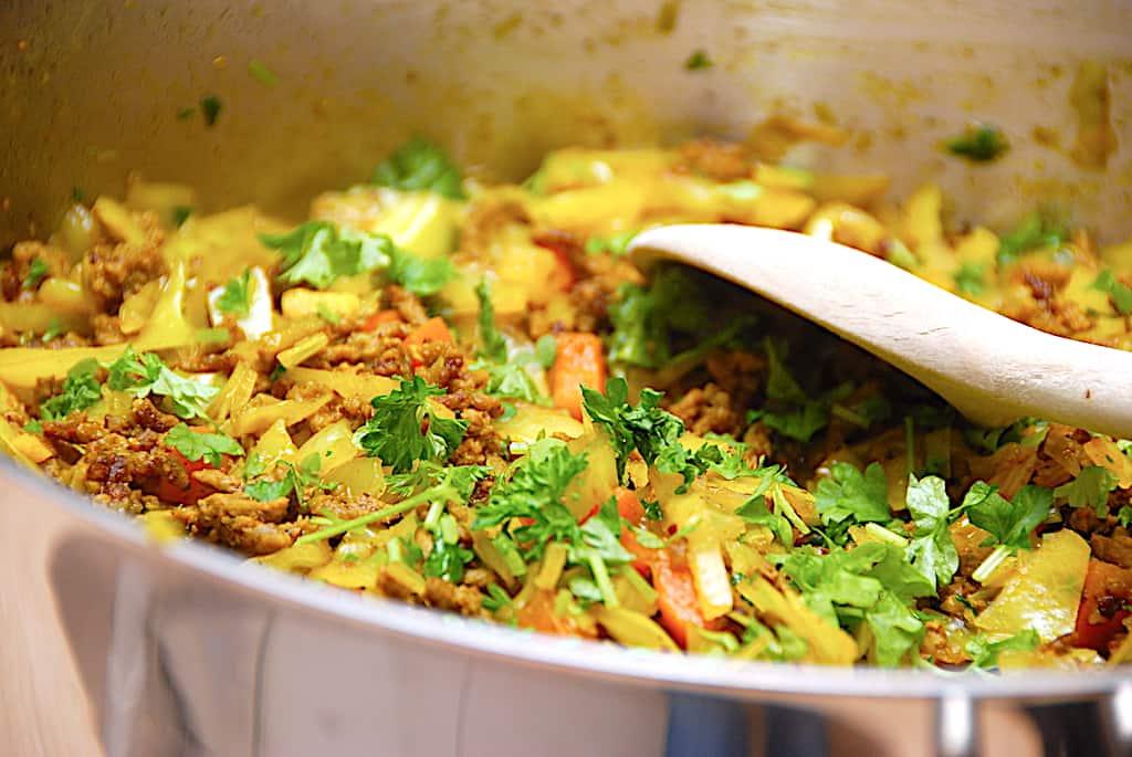 Oksekød med kål, karry og gulerødder (nem opskrift)