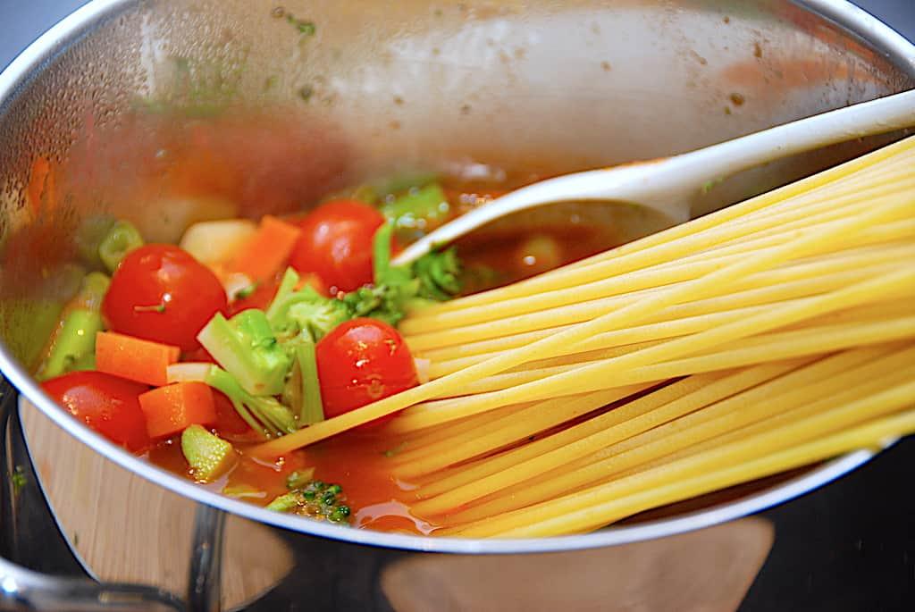 Pastagryde - alt i én gryde med masser af grøntsager