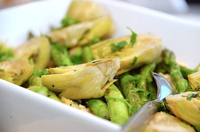 hvid bønnemos med artiskokker og asparges