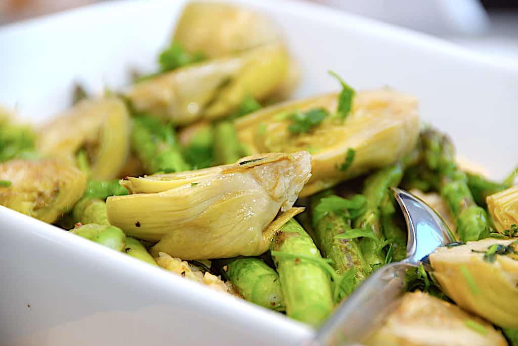 Hvid bønnemos med artiskokhjerter og asparges