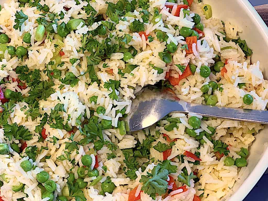 Løse ris med ærter, peberfrugt og forårsløg