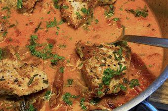 Saltimbocca af skinkeschnitzler med tomatflødesovs