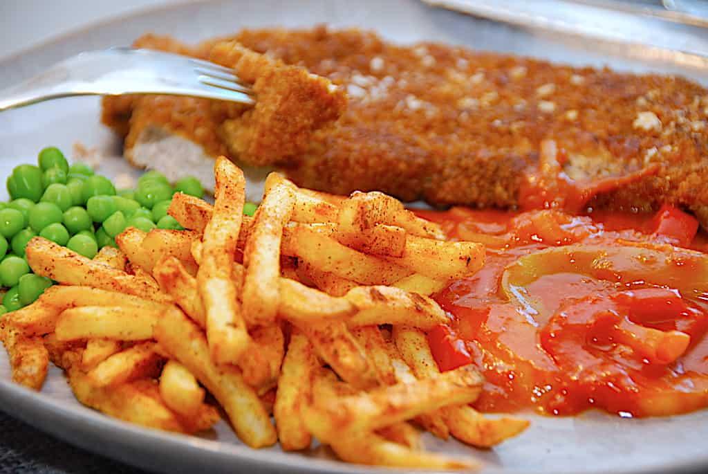 Sigøjnerschnitzel med pommes frites, ærter og sovs