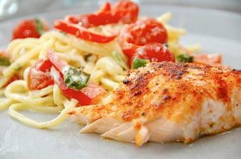 Stegt laks med frisk pasta og cremet grøntsagssauce
