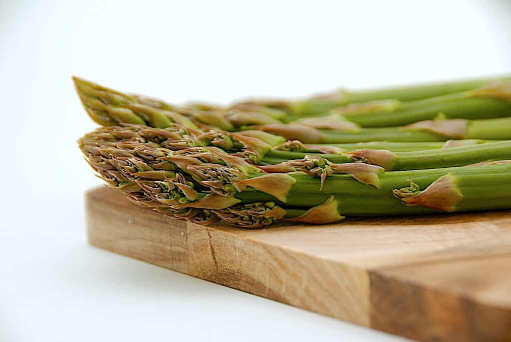 asparges på skærebræt