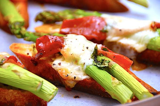 crostini med asparges og skinke