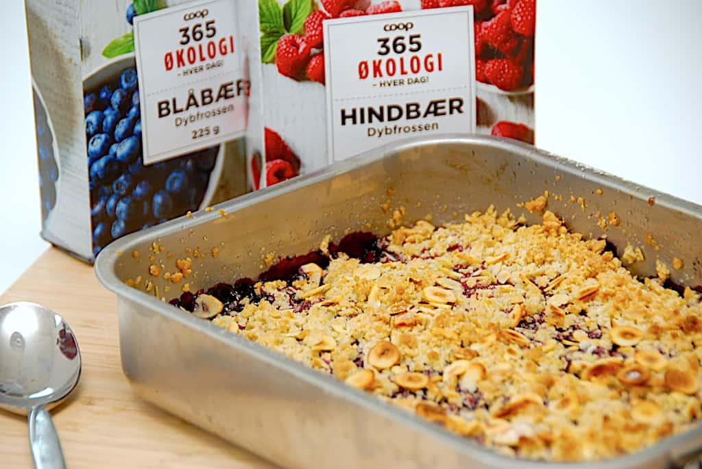 Hindbærcrumble med blåbær - opskrift på 25 minutter!