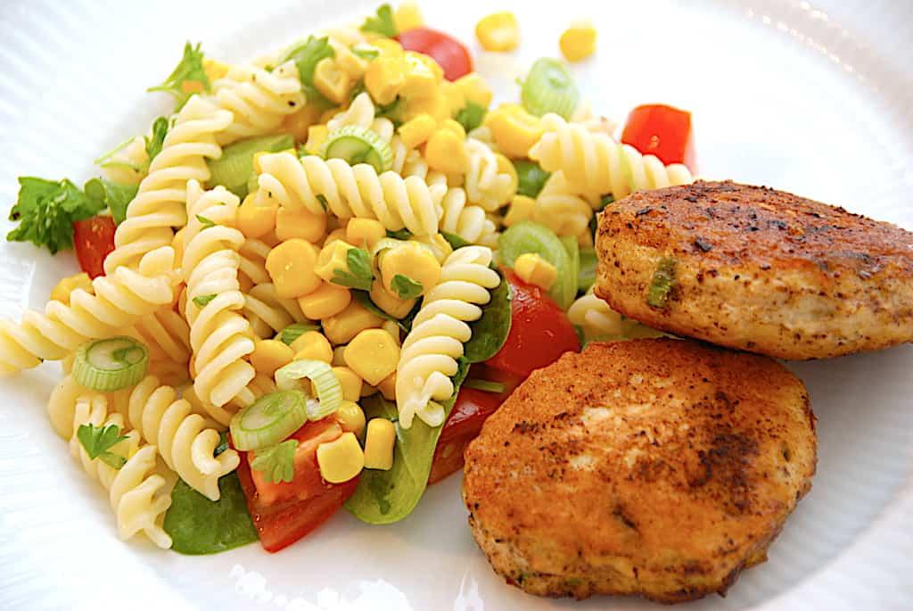 Nemme kyllingefrikadeller med pastasalat