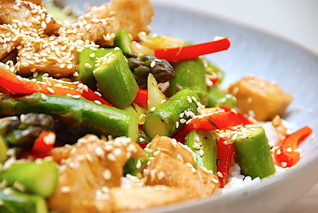 Stir fry - opskrift med kylling og asparges på 15 min.