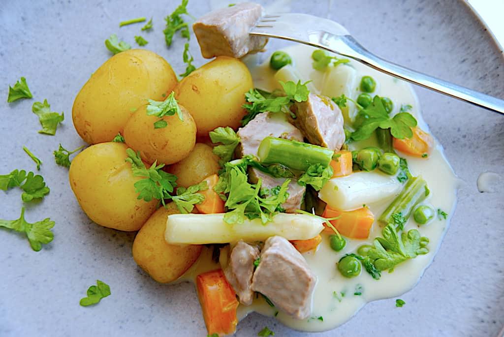 Frikassé med kalv, grønne og hvide asparges