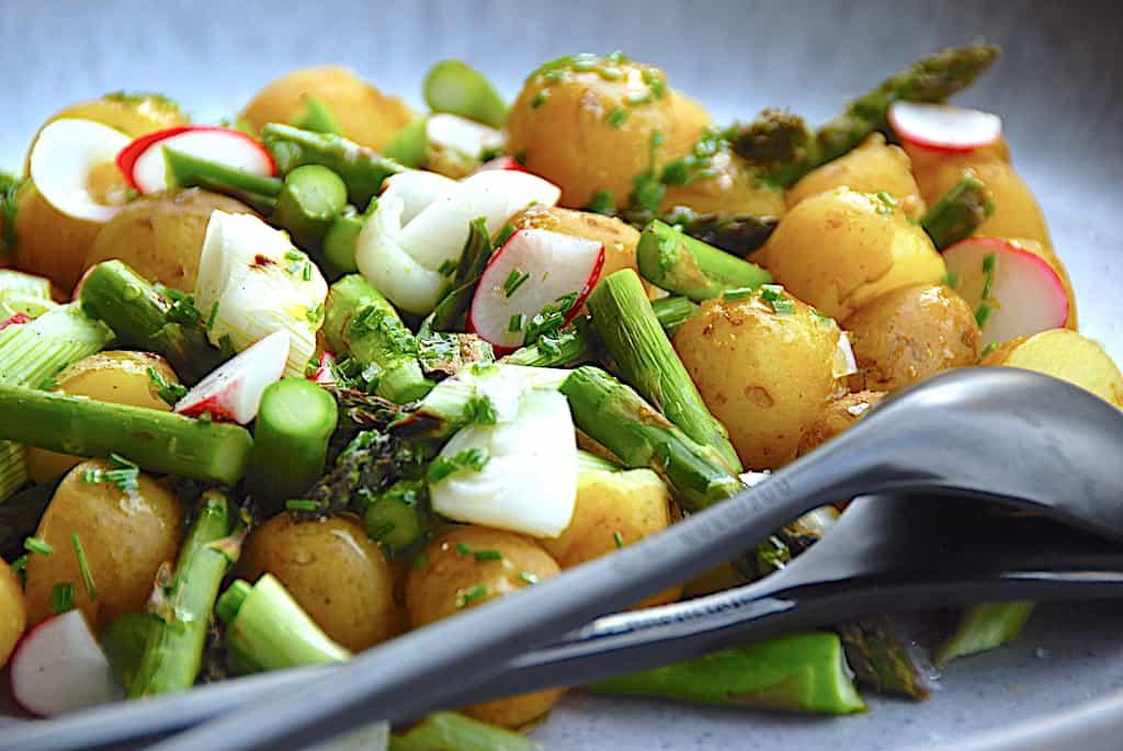 Grillsalat med kartofler, grønne asparges og forårsløg