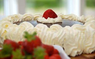 billede med jordbærlagkage