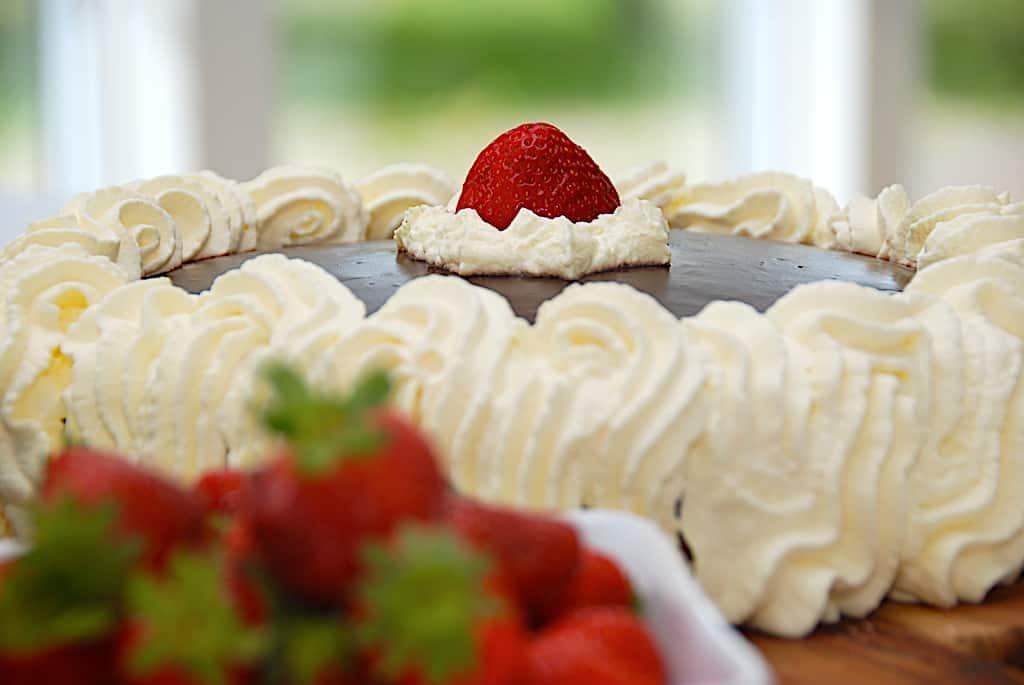 Jordbærlagkage - nem opskrift med flødeskum og creme