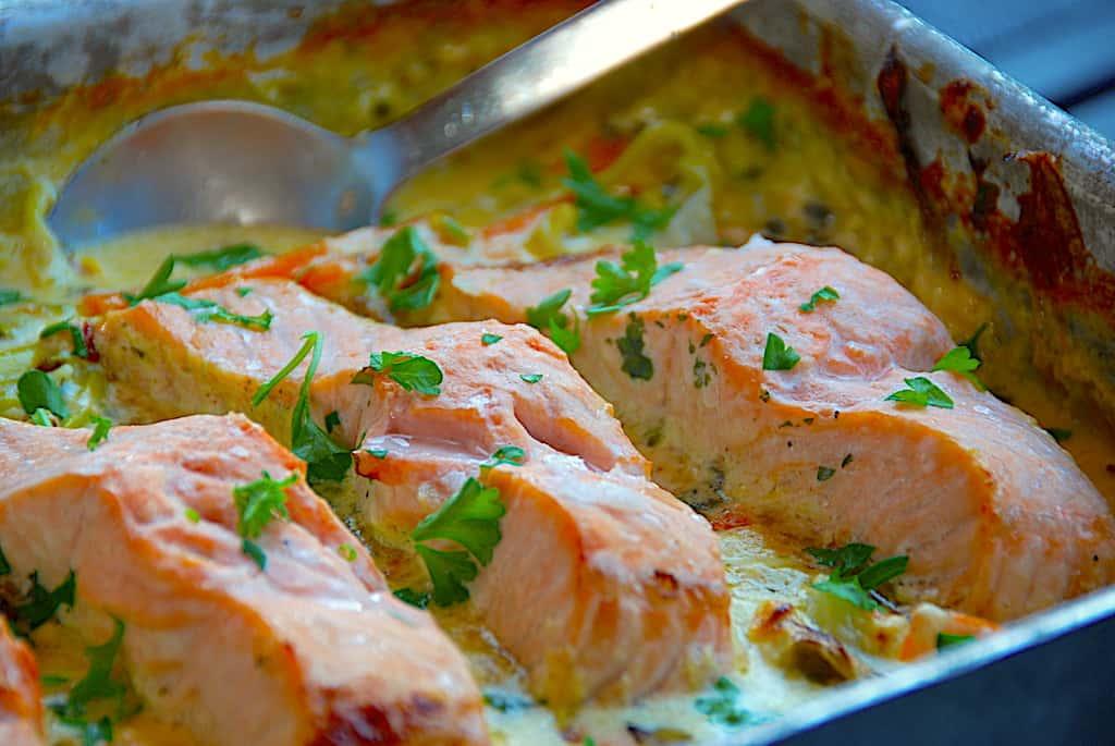 Laks med porrer og spidskål – nem mad i fad