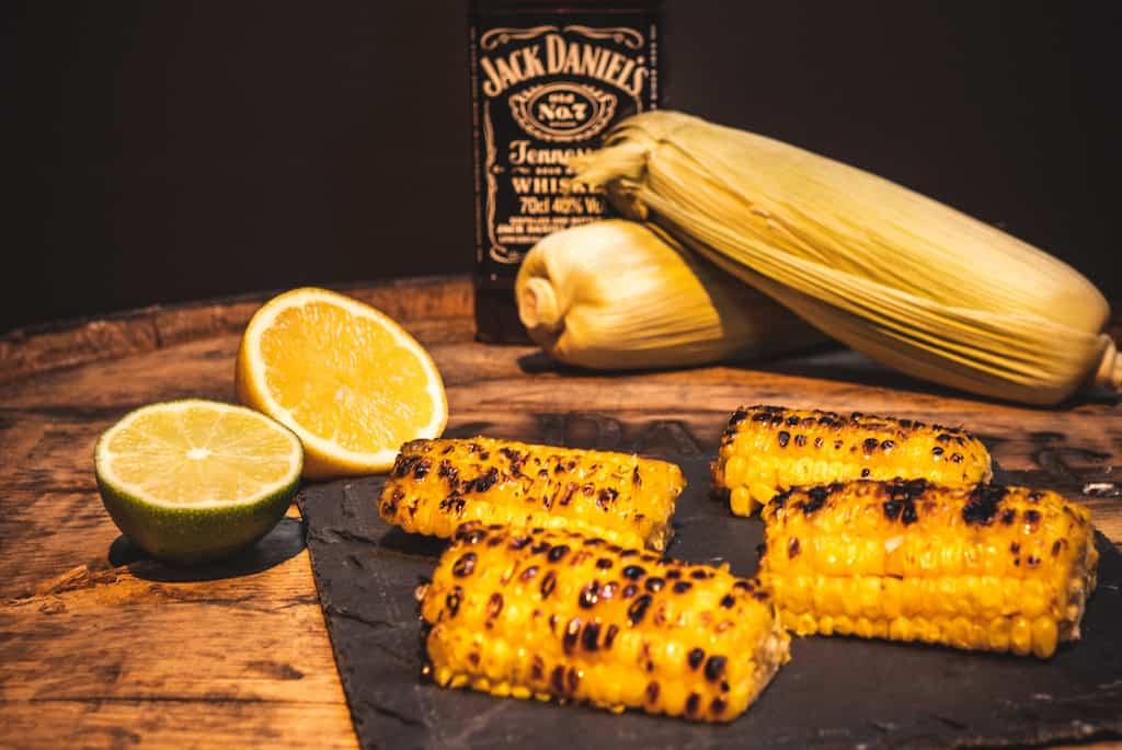 grilede majs med whisky og honning