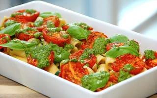 italiensk pastaret med semidried tomater og persillepesto